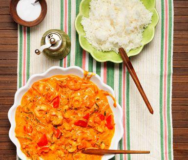 Det här är en spännande och mustig risrätt med räkor i en kryddig sås med smak av curry, grädde och tomat.
