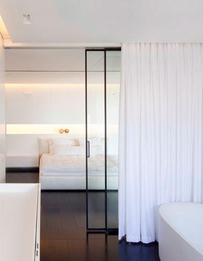 Cloisonnement paroi vitrée et rideau | Studio living with a sliding door for quiet and curtain for privacy when necessary.