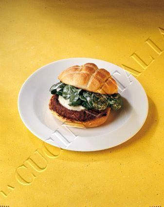 Hamburger con mozzarella e spinaci