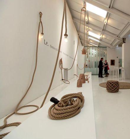 TOUWLAMP - Vlas was ooit één van de belangrijkste textielvezels in Nederland. Christien Meindertsma is vanuit dit gegeven vertrokken en  bedacht met dit materiaal interieur elementen zoals een lamp, tapijten en zitmeubels. Van zaadje tot de Flaxlamp is het ontwerp in Nederland vervaardigd, waarvan Touwslagerij Steenbergen één van de partners is.  De touwlamp kan je sierlijk in de ruimte laten zweven of tegen een muur draperen. De mogelijkheden zijn oneindig. Een robuust, maar stijlvol…