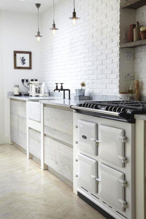 cuisine brique peinture blanche + piano cuisson vintage + lampes minimales indus (plus de cuisines briques sur la page http://www.digsdigs.com/74-stylish-kitchens-with-brick-walls-and-ceilings/ )