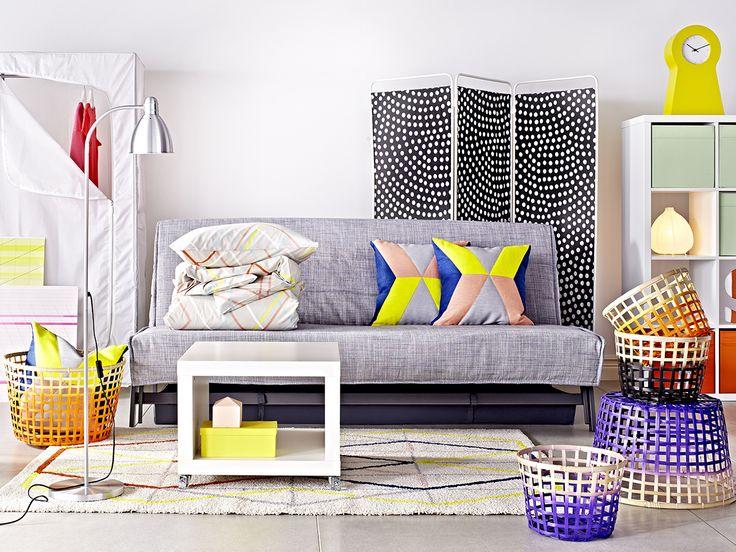 KARLABY bäddsoffa, IKEA PS 2014 matta, IKEA PS 2014 kuddar, GADDEN korgar, KALLAX hylla, IKEA PS 1995 klocka, JORDET skärmvägg.