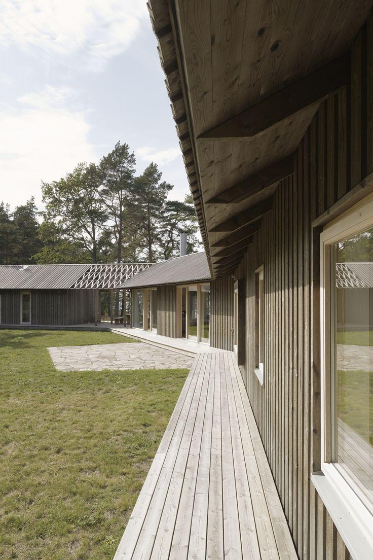 Skräddarsytt arkitektritat hus - www.sommarnojen.se #exterior #architecture #skandinaviskdesign #skandinaviskarkitektur #sommarhus #fritidshus #pergola #altan