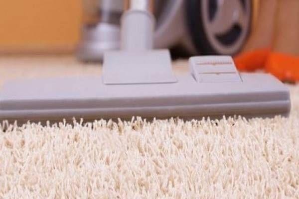 Szórd a szőnyegbe ezt a 3 összetevős dolgot és hetekig olyan illat lesz, hogy az egész lakásban érezhető lesz!