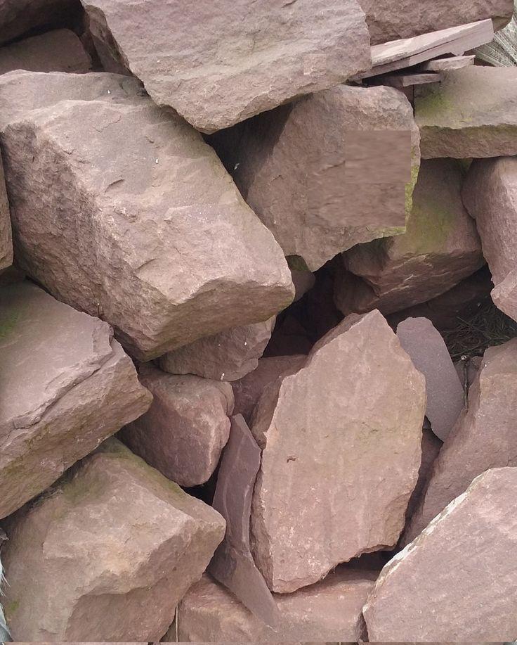 Taco de piedra irregular, para mampostería. Piedra arenisca de color rojizo para paredes y muros de piedra.