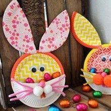 Idées créative simple et originale pour réaliser avec les enfants un panier lapin en assiettes en carton, un bricolage de Pâques économique et très original