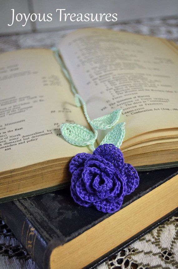 Deze handgemaakte bloem bladwijzer is een mooie diepe paarse roos, de stengel heeft 3 blaadjes. De maatregelen van de bloem over een duim over. Breng de vreugde van de natuur in uw lezing hele jaar lang!  Mijn handgemaakte gehaakte bloem bookmarks Breng schoonheid en levendigheid in het hele jaar lang uw lezing! Zult u de paginas van uw favoriete boek met deze markering. Mij werkje mijn bloem bladwijzers door te kijken naar het echte ding en kopiëren met wol en een haaknaald nodig. Deze zijn…