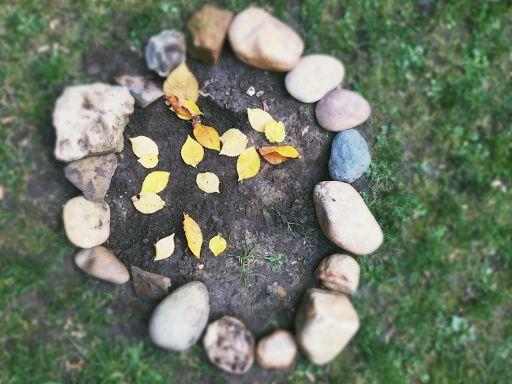 Was wir lieben, behandeln wir mit Respekt. Wenn wir mit der Natur verbunden sind, tragen wir Sorge. Das Wertschätzen, Kümmern und Achtgeben nährt und wärmt die Kinderseele, in der so ein ganz kostbarer Schatz wachsen kann.
