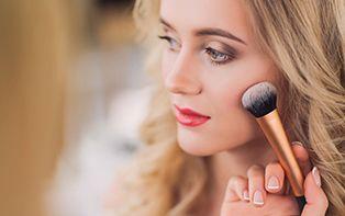 Wil jij er stralend uitzien op het volgende familiefeest of zoek jij de perfecte look? Met de juiste make-up kun je eindeloos combineren, zelfs als je een gevoelige huid hebt. Ontdek het stappenplan van je online apotheker voor de perfecte feestmake-up en kom stralend en verzorgd voor de dag!