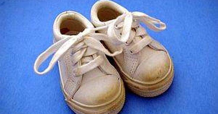 Cómo enseñar a un niño a atarse los cordones de los zapatos. Enseñar a los niños cómo atarse los cordones de los zapatos puede ser un desafío para padres e hijos. A los niños les cuesta mucho aprender y a los padres les cuesta mucho enseñarles. Canciones y juegos pueden ser de mucha ayuda. Demuéstrales la técnica y luego supervísalos mientras la practican.