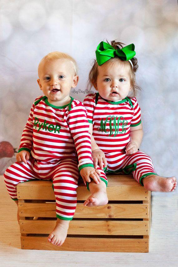 Itzybitzybeauty  PIÈCE PLEINE PYJAMA POUR BÉBÉS  ** Limited disponible ** CEUX-CI SERONT SE VENDENT!!  Pyjama de Noël personnalisé une seule pièce  Boutons pressions pour un accès facile à-couche  UNE paire de pyjama est incluse Arc de cheveux non inclus  * ROBE est manches longues seulement *  S'il vous plaît voir les dernières photos pour les options de police  S'il vous plaît laisser nom ou monogramme dans la commande pour être cousu (milieu dernière première) à la Caisse dans « notes au…