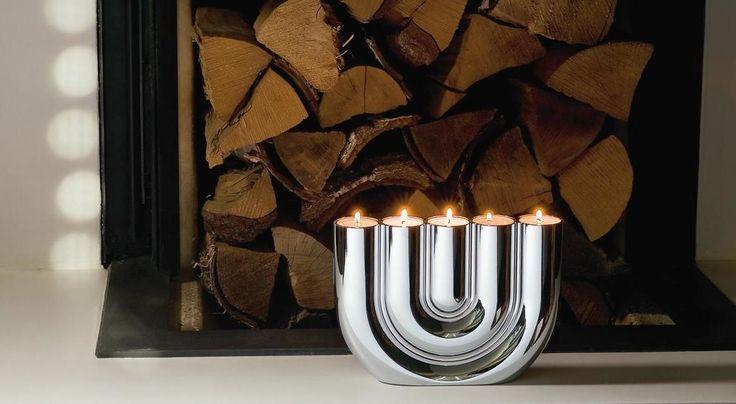 DOUBLE U Şamdan Philippi Design ürünü şık bir tealight şamdanı. Beş adet tealight kapasiteli bu şamdan ister sofralarınızda, ister şömine önünde olsun evinize sıcak ve romantik bir ışık katacak. Parlak krom gövdeli bu şamdan zarif tasarımıyla evinize şıklık ve tasarım katmak için yaratılmış. Tasarım : Boris Kupczik http://www.qtoo.com.tr/double-u-samdan