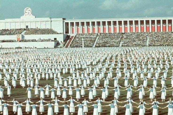 La liga de las muchachas alemanas baila en el congreso del partido del Reich, Nuremberg, 1938.