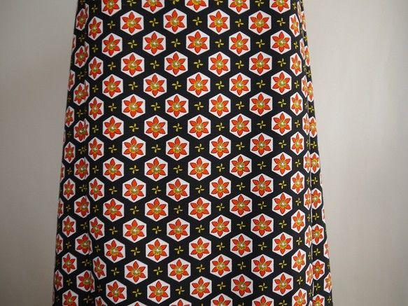 黒地に花柄のエプロンドレス表素材 ウールの着物のリメイク裏素材 ポリエステルの裏地が付きサイズ フリー    着丈 110センチ 身幅 ボタンとひもで調整で...|ハンドメイド、手作り、手仕事品の通販・販売・購入ならCreema。