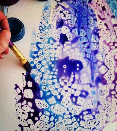 Encaje resistir pintura: poner encaje en el papel, rociar con spray de pintura transparente brillo, eliminar encajes, pintura con acuarelas.