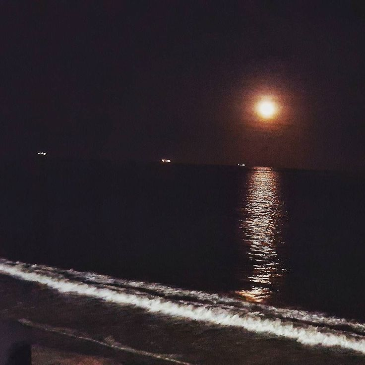 #Luna #mar así la  maravillosa noche en el puerto de #Veracruz  #travel #night #sea #holidays #Vacaciones #traveling #noche #moon #beach #romantic #photooftheday #trip #bocadelrio #meditation #jarochos #jarochilandia #bule #photo #instamoment