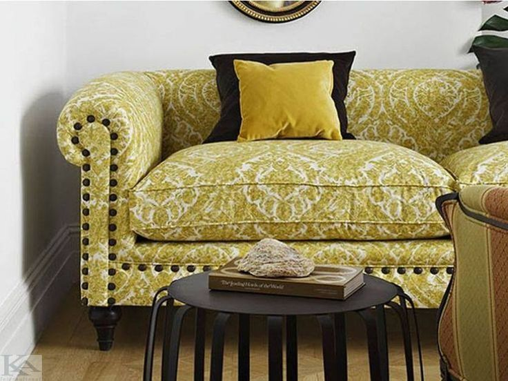 O canapea deosebita si colorata, va scoate mereu in evidenta frumusetea amenajarii!