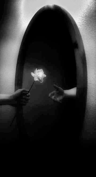 Hay dentro de uno mismo material para dos o tres personalidades. Frente al espejo desaparecerá siempre aquella que no deseamos ver.