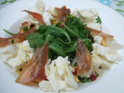 Fris slaatje met rucola, nectarine, mozzarella en Italiaanse ham
