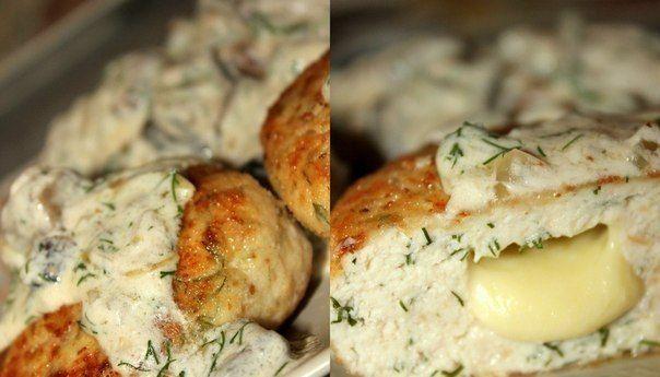 Котлетки из куриного филе с сыром и зеленью под сливочно-грибным соусом