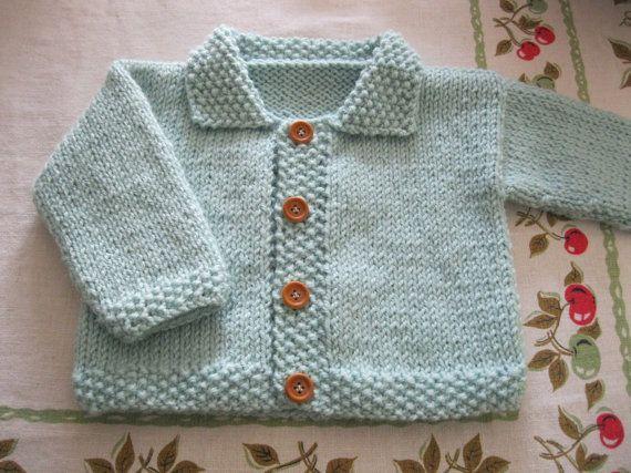 Este suéter de bebé es la primera que has diseñado. He sido tejer este patrón para quince años y yo lo llamo Chaqueta del bebé. Tiene un ajuste flojo y cómodo. El cuello, los puños, dobladillo y buttonbands se hacen en puntada de la semilla. Cuatro botones pequeños, de madera han sido cosidas en hilo correspondiente. Hice éste en un tono más hermoso de verde suave y silencioso. Este cardie hace un regalo encantador para un nuevo bebé. Tamaño: recién nacido a 6 meses (dependiendo del bebé...