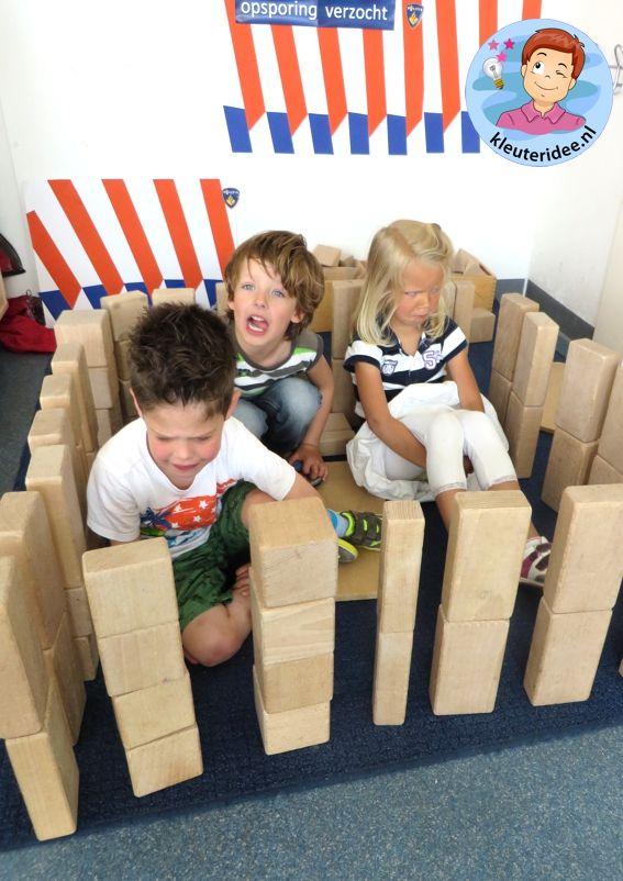 Gevangenis bouwen in de bouwhoek, kijk voor meer ideeën op kleuteridee.nl, thema…