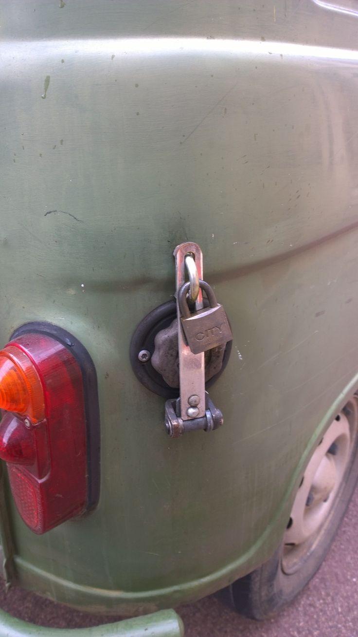 Je tankdop afsltuiten doen ze in frankrijk met een #hangslot.  http://www.waltox.nl/hangsloten/