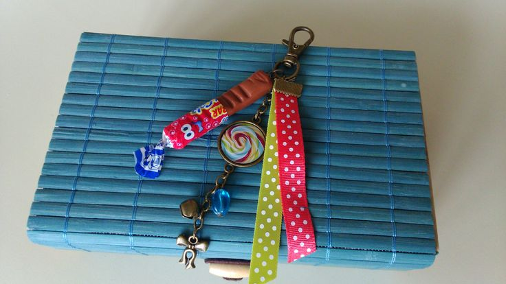 Bijoux de sac sur le thème de la gourmandise avec cabochon candy swirl et carambar en pâte fimo