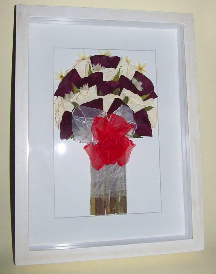 Prensado y enmarcado de ramo de novia con rosas blancas y rojas, con marco blanco envejecido