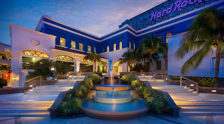 Decidimos pasar unos días en el Hard Rock Hotel Riviera Maya. Antes solía ser el Aventura Spa Palace, hasta que Hard Rock lo remodeló y cambió el concepto. Siendo el hotel mas grande de Hard Rock en México y yo tan fan de la marca, tenía que verlo con mis propios ojos. Así que aquí está mi reseña del hotel:   TOP 5COSAS QUE NECESITAS SABER ANTES DE RESERVAR El hotel está dividido en 2 Heaven y la Hacienda son dos partes distintas del hotel. Heaven es solo para adultos. Hacienda es para…