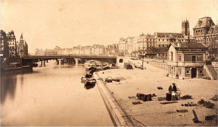 Vue sur le nouveau pont d'Arcole depuis le quai de l'Hôtel de Ville, en 1859. Construit 5 ans plus tôt, il est alors le premier pont sans appui sur la Seine entièrement réalisé en fer et non plus en fonte. Une photo de Gustave Le Gray (1820-1884). Paris d'antan, Facebook