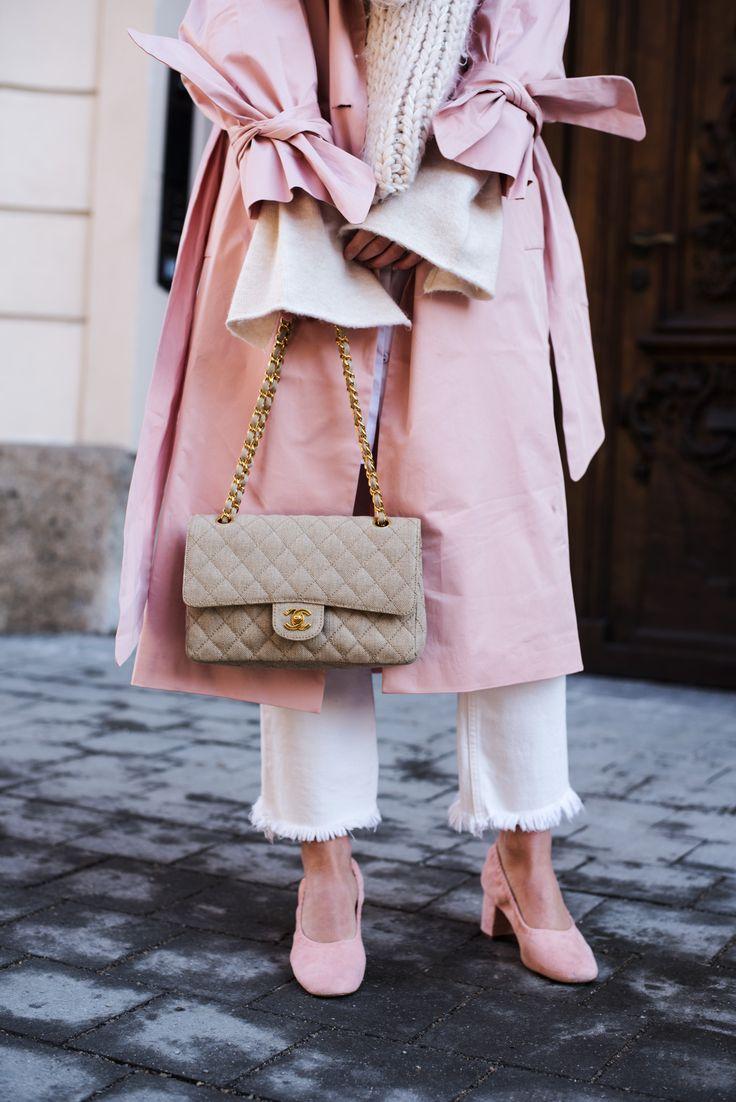 Nina Schwichtenberg trägt einen Layering Look bestehend aus weißer Hose, beigem Sweater und Schal, rosa Mantel & die Chanel Timeless Canvas. Mehr auf www.fashiioncarpet.com