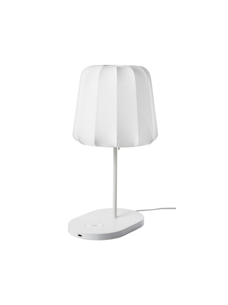 La lampada della serie VARV di Ikea è un oggetto di design utile e all'avanguardia grazie al fatto che ci permette di poter ricaricare il nostro smartphone in modalità wireless.
