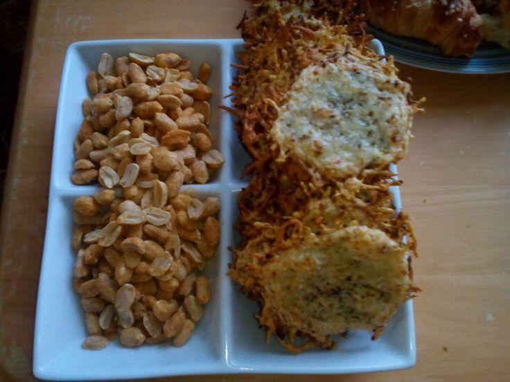 kořeněné oříšky a sýrové chipsy