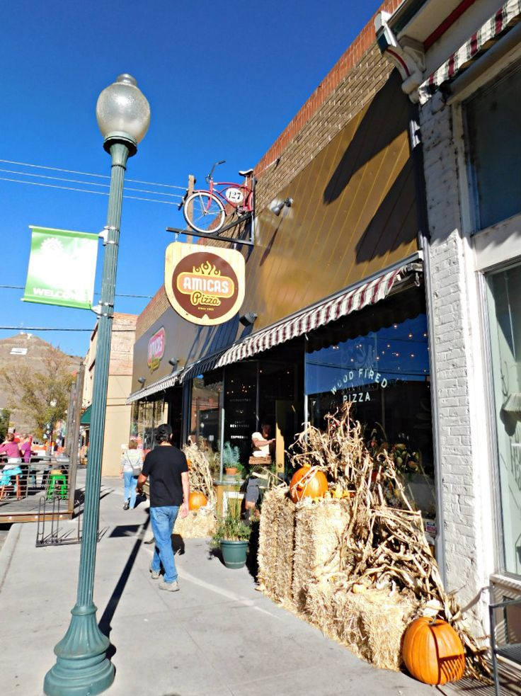 Visiting Salida, Colorado for the first time during Month Twenty Eight of Digital Nomad Life. Click through to find out what a month in the life of a Digital Nomad in the U.S. looks like - including highlights, lowlights and exact costs. | The World on my Necklace #digitalnomad #digitalnomadlife #travelrecap #colorado #salida #mountaintown #fall