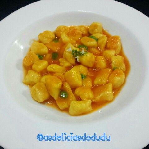 Nhoque de baroa com molho de tomate caseiro  e pesto de rúcula.