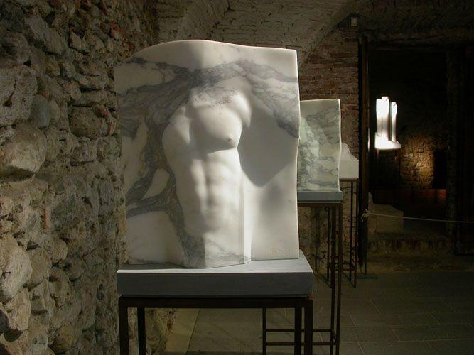 """Nel 2010 si tiene la sua personale intitolata """"La forza dei sogni"""" nella chiesa e chiostro di S.Agostino a Pietrasanta"""