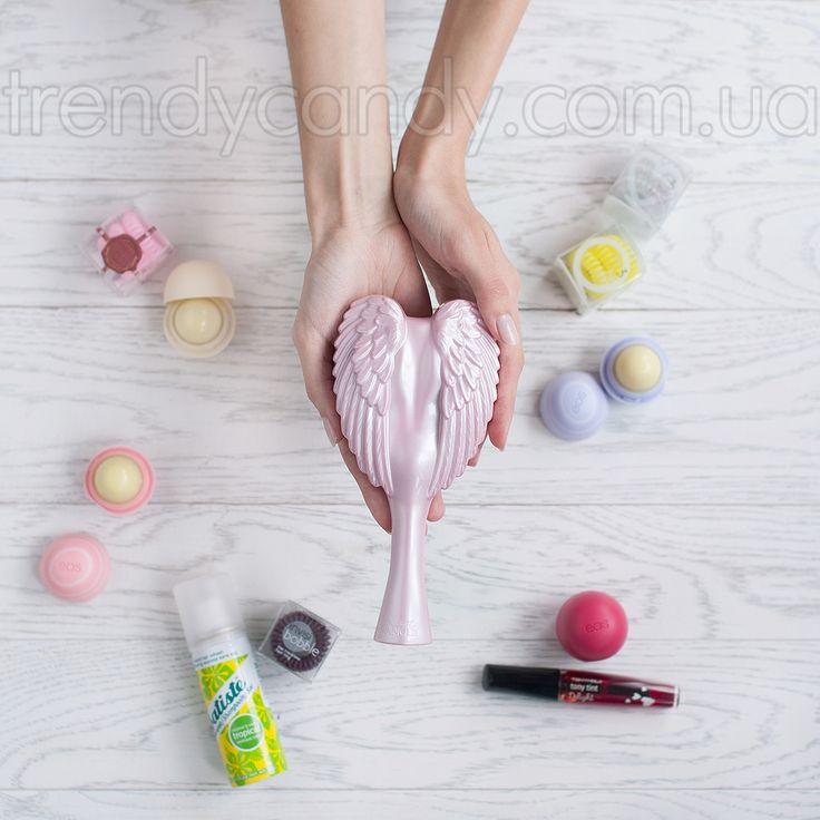 Расческа для волос Tangle Angel Cherub-PRECIOUS PINK - Новая коллекция легендарных расчесок! Стильный ангелочек, оберегает Ваши волосы и дарит им блеск и гладкость. Чудо-расчесочка обладает мягкими щетинками, деликатно расчесывает любые волосы - тонкие, ломкие, спутанные + не электризуются волосы. Яркая расчесочка должна быть у каждой модницы!