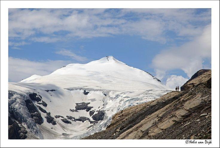 Misleidend. Het lijkt alsof deze twee mensen nog maar één stap hoeven te doen om op de gletsjer te staan.