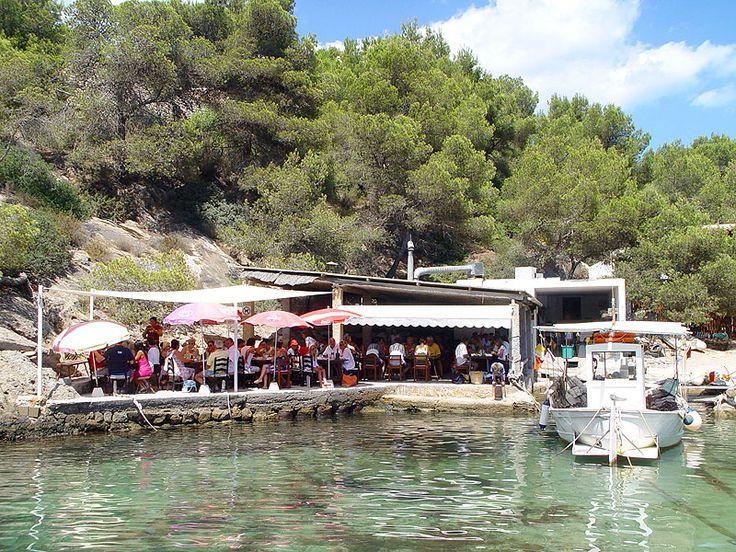 Cala Mastella - Ibiza 5 Sentidos  MITICO RESTAURANTE EL BIGOTES   ZONA SANTA EULALIA  RECOMENDABLE  Pintoresca cala rodeada por un cañaveral, con un minúsculo puerto de pescadores    Municipio Santa Eulària des Riu  Zona Sant Carles
