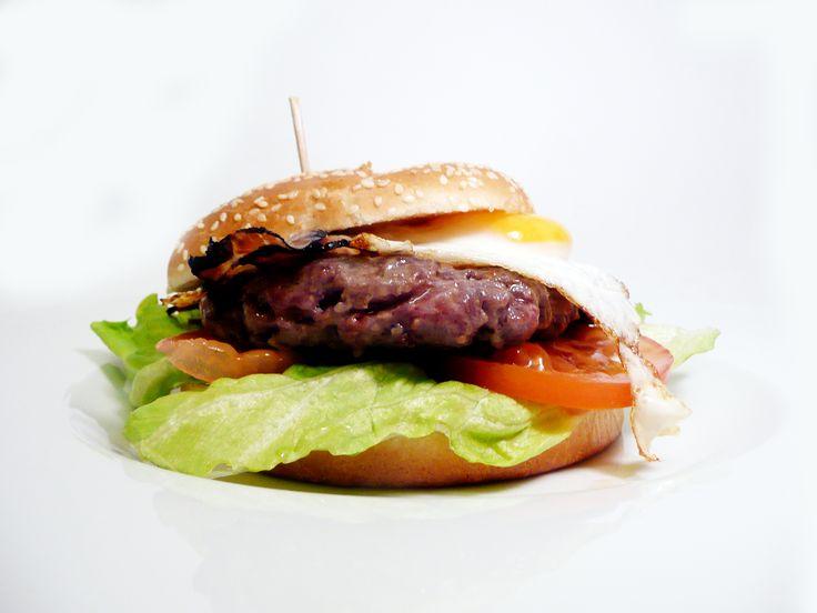 FARMÁŘSKÝ BURGER - 200g hovězí maso, slanina, vejce, salát, tomaty,majonéza, restovaná cibule, hranolky. #ukastanujarov http://www.ukastanu.cz/jarov
