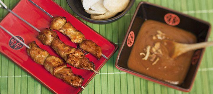 sate met pindasaus HOOFDGERECHT – 20 MIN + 2 UUR MARINEERTIJD – 4 PERSONEN ** Gemarineerd varkensvlees aan spiesjes met zelfgemaakte pindasaus naar Indonesisch recept   VOOR DE SATÉSTOKJES:   Ingrediënten 500 gr varkensvlees 1 eetl geraspte kokos 3 eetlepels ketjap 3 teentjes knoflook, geperst 0,5 eetl gemberpoeder 3 stuks kruidnagel Klontje boter Mespunt suiker   Materialen 8 spiesen