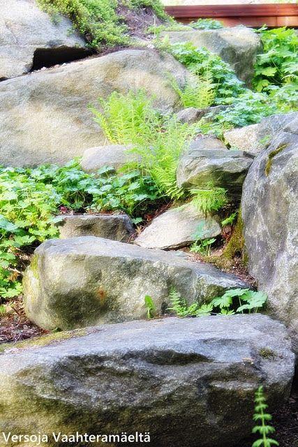 Versoja Vaahteramäeltä: stone stairs from lean-to to house.