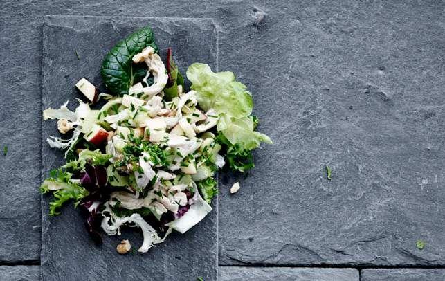 Denne hønsesalat er klassisk og simpel men uden mayo, i stedet er det hele vendt i en skøn vinaigrette.