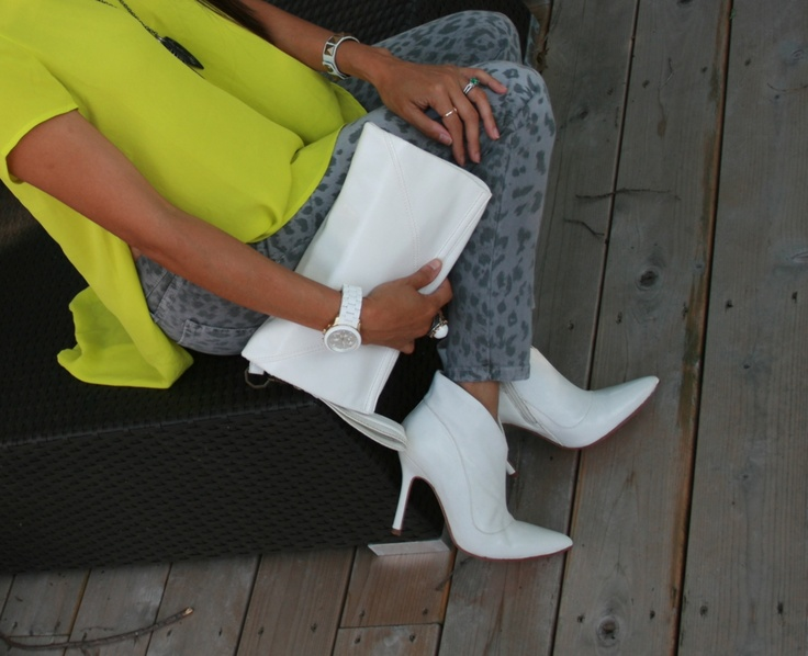 LOVE the #neon and #grey #panther #CurrentElliot #skinnyjeans with #white #booties and white #clutch