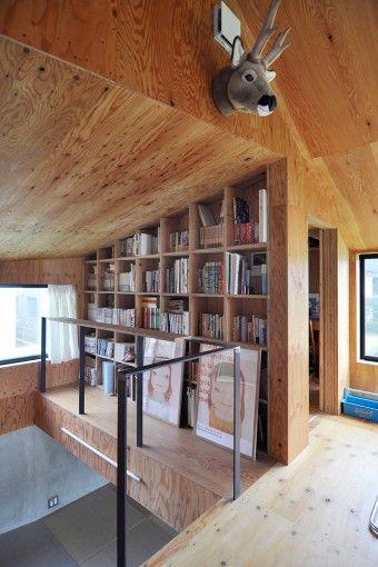 2階は構造合板を使い特に仕上げは施していない。