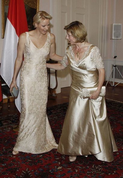 Charlene Wittstock Photos - German First Lady Daniela Schadt (R) steps on the dress of Princess Charlene of Monaco upon their arrival for the gala dinner at Schloss Bellevue Palace on July 9, 2012 in Berlin, Germany. Prince Albert II and Princess Charlene are visiting Berlin and tomorrow will continue to Stuttgart. - Prince Albert II of Monaco and Princess Charlene Gala Dinner