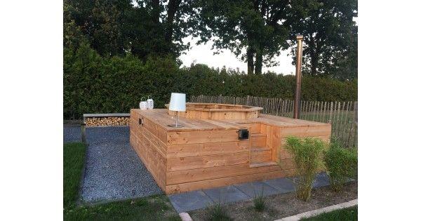 Wellness in uw tuin  Onlangs hebben we in samenwerking met Mecklenfeld Tuinen een mooie wellness plek gecreëerd in een tuin.  Onze klant wilde graag een hottub en een vuurplek bij elkaar gesitueerd hebben.  Hieronder de opbouw van deze prachtige wellnessplek.  We zijn begonnen met het uitgraven van