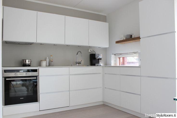 kvik mano,tikkurila laasti,keittiö,keittiön sisutus,keittiön kaapit,keittiön tasot,puhdas,valkoinen