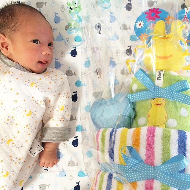 Instagram media mika.h1101 - 昨日amクロネコさんが来て  誰から荷物かと思ったら  妹からで  RODYのダイパーケーキが届いたよ❤️ オムツを包んだタオルにはの名前入り❤️ かわいくてまだこのまま飾ってあるよ 暫くはこのまま❤️ オムツの消費激しいから助かるわ❤️ ありがとう❤️ #rody #ダイパーケーキ #diapercake #ロディ #newbornbaby #baby #babyboy #生後17日 #新生児 #赤ちゃん #男の子 #新米ママ